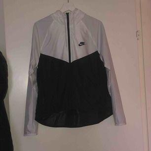 Nike jacka använd 3 gånger då jag inte e så bekväm i den. Den är väldigt tunn så man kan ha en hoodie eller annat under den, du kan oxå använda den som en tränings jacka / spring jacka. Köpt för 2 månader sen .