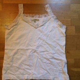 Vitt basic linne med spets upptill. Frakt: 42 kr i postens påse