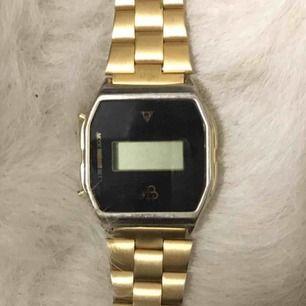 Jättefin guldig klocka, kan justeras. Vet inte om den funkar? Frakt 30kr