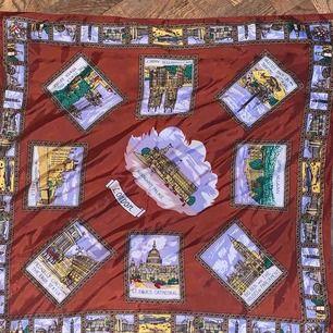 Vintage sjal med Londons mest ikoniska platser. Frakt är inräknat i priset 🍭