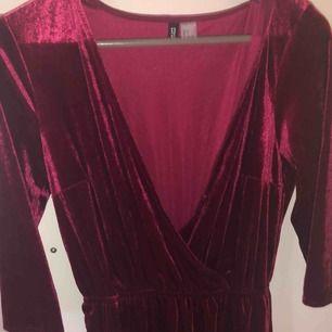 Vinröd festlig klänning från H&M i röd sammet med knäppning fram. Aldrig använd. Perfekt i jul. Stl 40 Frakt 40