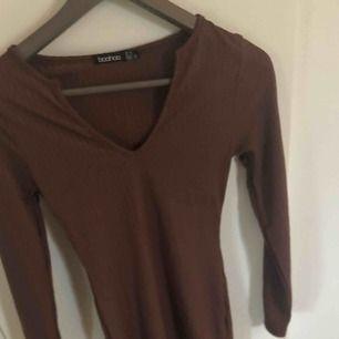 Snygg brun tight klänning från Boohoo ribbad, stl 34 frakt 40