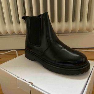 Glansiga Chelsea boots storlek 37 med dragkedja Helt nya endast provat dom. Nypris 400kr