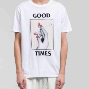 Snygg T-shirt frå WOOD WOOD, köpt i Köpenhamn för 700kr använd ca 3 ggr. Köparen står för frakt