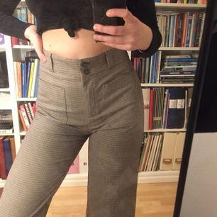 Skitsnygga byxor från mango!! Är i stl 40 men är liten i storlek så skulle snarare säga att dom är i 38. Är croppade på mig som är 172
