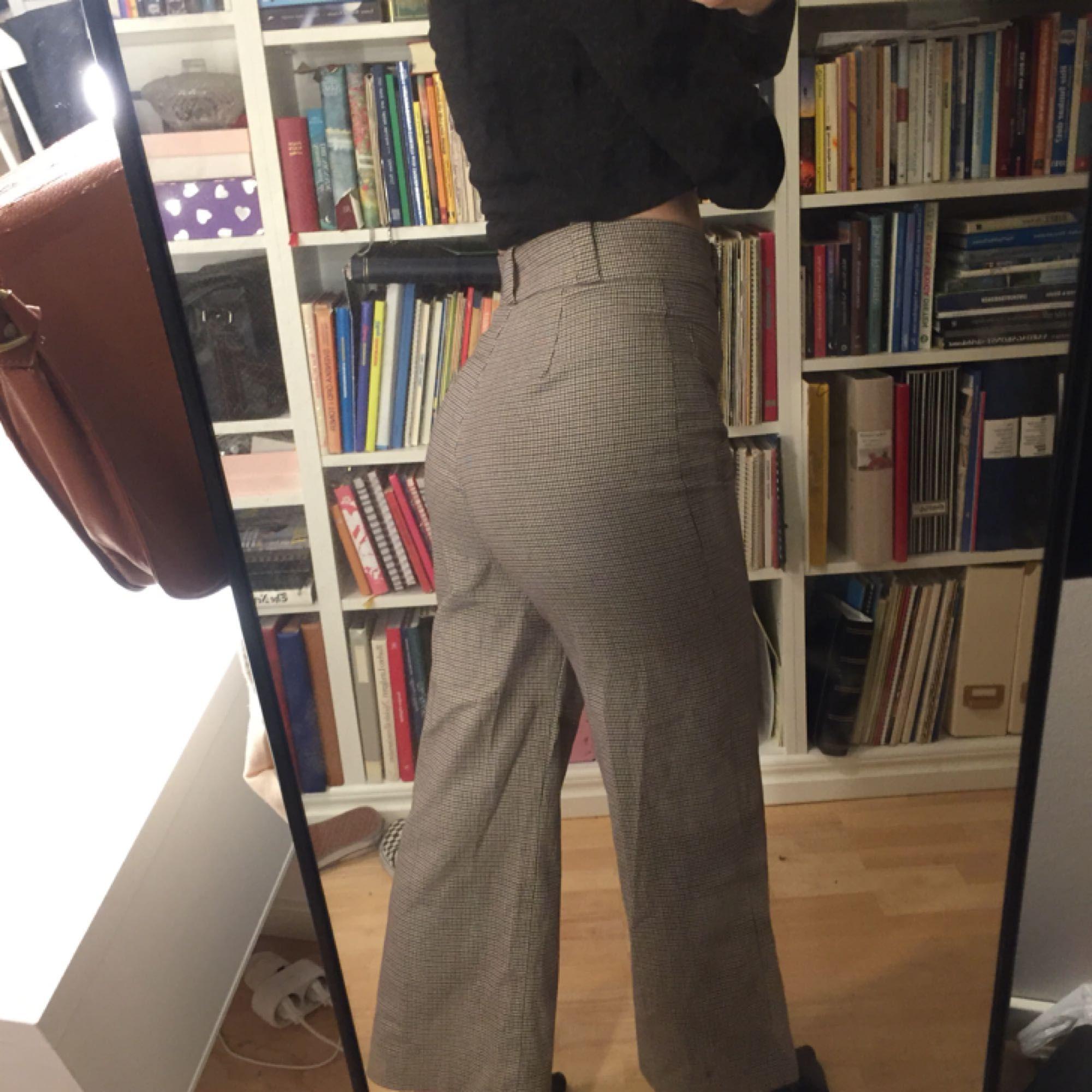 Skitsnygga byxor från mango!! Är i stl 40 men är liten i storlek så skulle snarare säga att dom är i 38. Är croppade på mig som är 172. Jeans & Byxor.