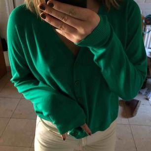 Ursöt grön kofta! Koftor är såå trendigt och helt perfekt nu när det är lite kallare, superfin färg men kommer tyvärr inte till användning längre🍵🦚🧚♂️