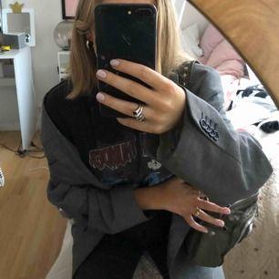 Asball lite rockig t-shirt, ett par snygga jeans till detta och du är hemma!!!!