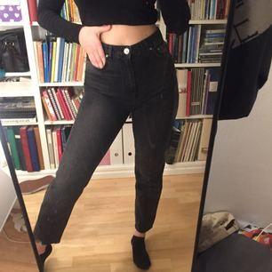 Mom jeans från Gina tricot!! Aldrig använda men så snygga och sköna!! Säljer pga äger för många jeans
