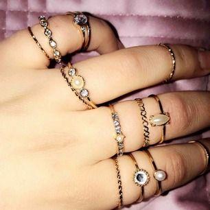 Säljer alla dessa 17 sjukt snygga ringar i ett sett! Kontakta mig för mer bilder eller frågor! Frakten ligger på 9kr🥰🥰