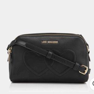 Snygg väska från love moschino, köpt för 1700kr i stockholm. Dustbag medföljer. Köparen står för frakt. Fler bilder kan skickas