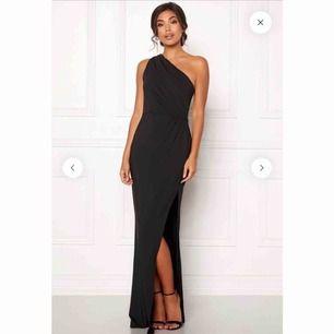 Perfekt balklänning! Formar kroppen så snyggt! Storlek 34 men den är stretchig och passar mig som har 36 vanligtvis. Är du som mig, 169cm lång, behövs klackar för att längden ska passa!!😊🥰 inte uppsydd eller liknande, använd en gång på balen!