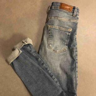 Jeans från bikbok Aldrig använda Nypris 599kr Köparen står för frakt  Jag har storlek xs/s och dessa sitter bra