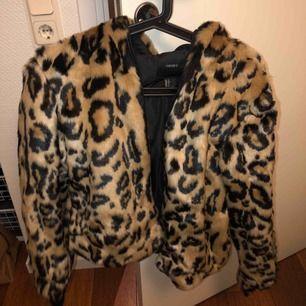 Skitsnygg Leopardjacka från Forever 21. Säljer pga ingen användning, använt ca 1-2 gånger endast. Super varm & mysig till vintern