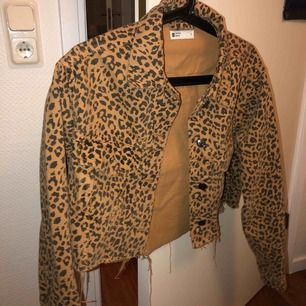 Supersnygg leopard jeansjacka från GINA!  Gammal modell men supersnygg  Använder inte, använd endast 1 gång   Nypris 500kr
