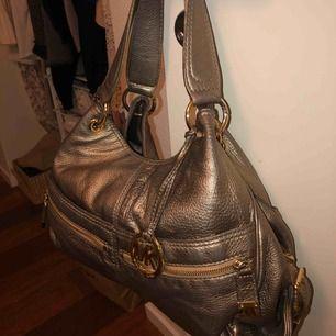 MK väska med supermånga fack. Väldigt smidig och får plats med mycket saker!