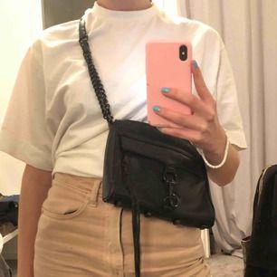 Rebecca Minkoff väska! Helsvarta detaljer & perfekt för alla tillfällen! Köpt för 2000kr & använd väl så den har slitningar på svarta lacken, vid intresse skickar jag bild på mer,  lite syns på sista bilden! Dustbag kommer med, köparen står för frakt<3