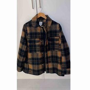 Rutig skjortjacka i wool mix från Hm! Supersnygg, bara använd 2 gånger.