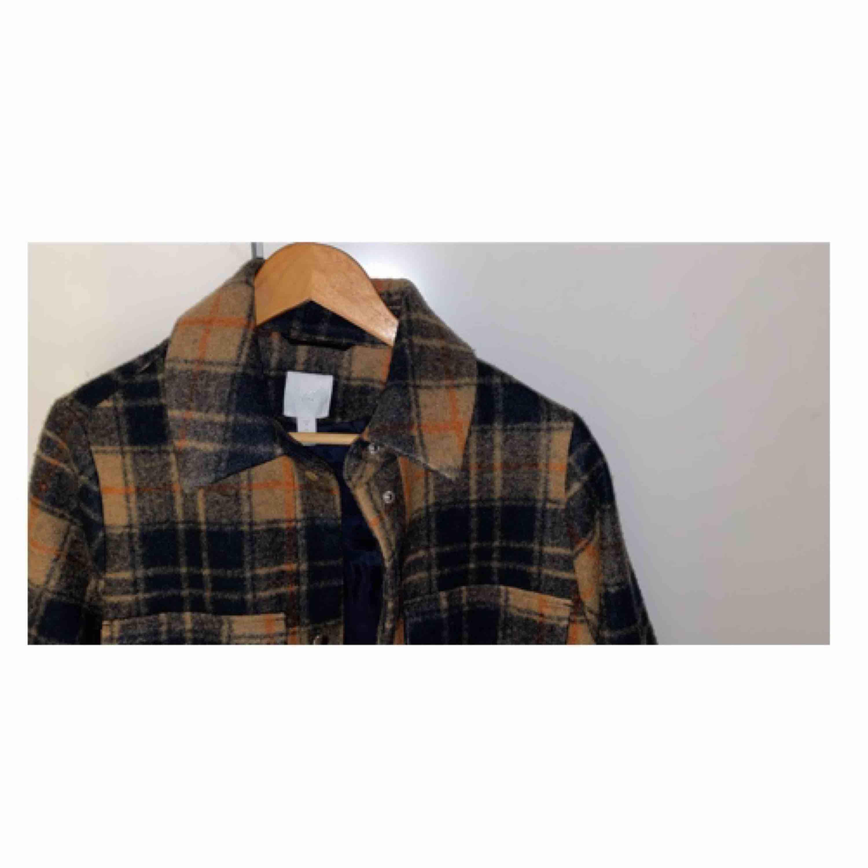 Rutig skjortjacka i wool mix från Hm! Supersnygg, bara använd 2 gånger. . Jackor.