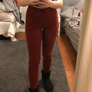 Trendiga rutiga kostymbyxor från Zara. Raka i modellen och sitter tajt.   Passar nog både 34 och 36!  Sitter super på mig som är 1.60 cm lång