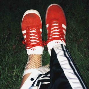 Röda Adidas Gazelle. Sparsamt använda, otvättade på bilderna. Kan skickas!
