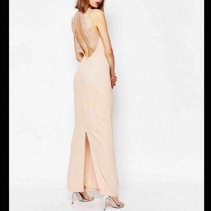 Samsøe Samsøe klänning använd 1 GÅNG (2016) i färgen Cameo Rose. Storleken är XXS men skulle verkligen säga att den är en vanlig XS.   Jag är 168 som jämförelse för bilden, den är perfekt längd för mig!