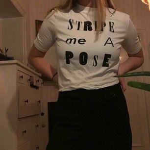 Snygg T-shirt från monki. Går att matcha till mycket! Trekvartslång ärm, knappt använd frakt 20kr