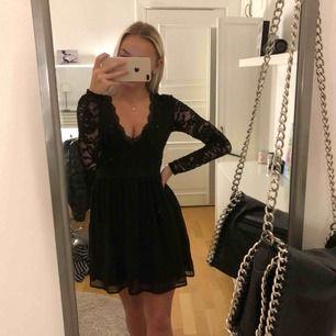 En jättefin klänning med spets ifrån Nelly. Endast använd få gånger och är fortfarande som ny. Köpare står för frakt.