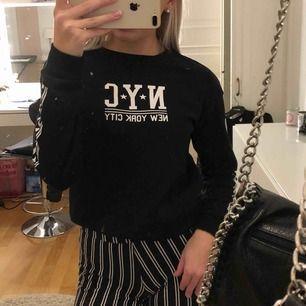 Jättesnygg tröja ifrån h&m. Är inte används så mycket så är i mycket fint skick. Köpare står för frakt.