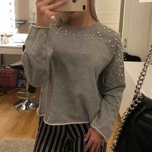 En jättefin tröja med pärlor ifrån ginatricot. Köpare står för frakt.