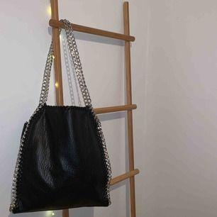 En snygg, väldigt rymlig, svart väska från märket Tiamo. Det är den största modellen av de tre som finns.🥰🤩 I väldigt bra skick pga sparsamt använd. 💜💜💜 Kan mötas upp i Falun eller skickas mot frakt.🤩🤩