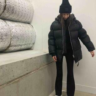 Jacka inköpt förra vintern från Acne studios för 6300:-, den är i topp skick! Storlek 32, passar mig som när XS-S i kläder. Så fin oversize fit, drömmen. Kommer hålla dig varm hela vintern lång 📦   Priset är fast.