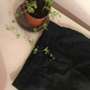 Jätte fina svart kostymbyxor, väl andvända men i bra skick...från bershka