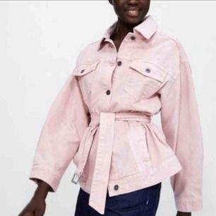 Rosa jeansjacka från zara. Oanvänd med lappen kvar. Går att knyta runt midjan. Priset är inklusive frakt