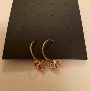 Säljer dessa coola weekday örhängen! Aldrig använda💕