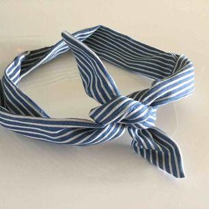 Randigt hårband i blått och vitt med ståltråd i! Ingen aning vilket märke det är, har aldrig använt