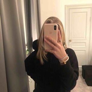snygg basic hoodie från uniqlo i stan, bra skick och skön! säljes pga att jag har två st svarta hoodies 🤗 går att matcha till MYCKET! nypris: 249kr !!!säljer fler hoodies!!!