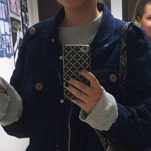 Mörkblå jeansjacka från zara i jeansliknande material, strl S.  Pris 100kr  Köptes förra året och använd ett gott antal gånger men fortfarande i mycket gott skick (köparen står för frakt)  bara att skriva vid frågor☺️