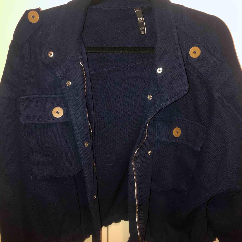 Mörkblå jeansjacka från zara i jeansliknande material, strl S.  Pris 100kr  Köptes förra året och använd ett gott antal gånger men fortfarande i mycket gott skick (köparen står för frakt)  bara att skriva vid frågor☺️. Jackor.