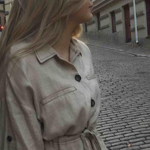 Superfin och chic Beige jackliknande skjorta med knyte i midjan.  Strl S, Köpt på Zara förra vintern och använd max 5 gånger. (Köparen står för frakt) skriv vid frågor☺️