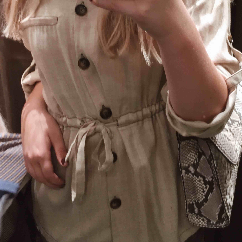 Superfin och chic Beige jackliknande skjorta med knyte i midjan.  Strl S, Köpt på Zara förra vintern och använd max 5 gånger. (Köparen står för frakt) skriv vid frågor☺️. Skjortor.