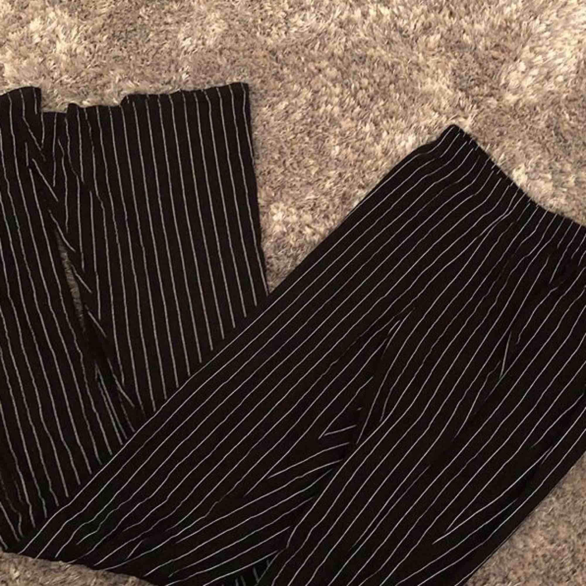 Väldigt felxibla, åtsittande randiga byxor från Pretty Little Thing (minsta storleken men passar från XXS till S, ksk medium) är själv en XS. INKL FRAKT❤️. Jeans & Byxor.