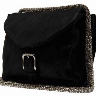 Från märket IRO. Modell Nilla (Chain bag). 100% cowleather på utsidan. Nypris ca. 3 500kr, säljs för 500kr!