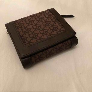 DKNY plånbok med många fack Köpt i USA. Nypris ca. 1000kr, säljs för 500kr!