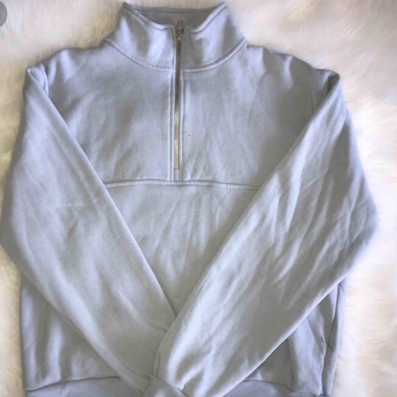 Ljusblå zip tröja från brandy melville! Helt felfri. Köpt för 449kr💖. Huvtröjor & Träningströjor.