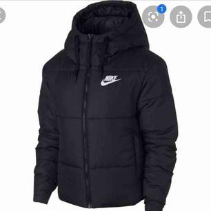 Hej Säljer min Nike jacka som e använd 1-2 gånger Den kan vändas ut o in ena sidan e matt svart & har ett nike märke på bröstet, andra sidan e glansig & har även ett nike märke på ryggen Nypris: 999kr Mitt pris: 500kr elr bud