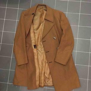 Skräddad ull rock i trendig brun färg.