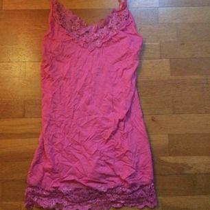 Rosa linne med spets direkt från 90talet eller iaf tidigt 2000tal 👌🏻 har legat nerpackat därav skrynkligt men det är ju lätt fixat med ett strykjärn 😊 storlek S. Frakt: 42 kr i postens påse 🌷