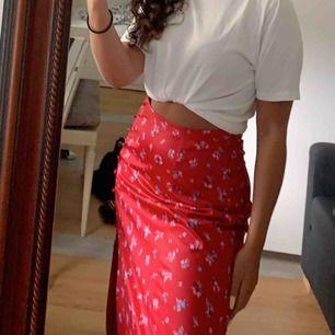 så fin kjol köpt i somras i Italien. Den hade knappar på sidan som jag tog bort, finns små märken kvar (bild 3) men de syns väldigt otydligt. Köpare står för frakt ✨