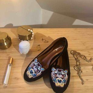 Säljer mina fake kenzo skor. Köpta i Thailand men trotts detta har de en väldigt bra kvalité. Aldrig använda!! Passar även storlek 36!🍋🐝⚡️✨🌟